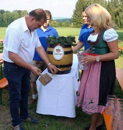 Die Ehre das Bier anzuzapfen hatte Helmut Paulus. Ein Danke für das Engagement für die Dorfgemeinschaft.