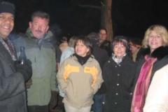 Sichtbare Freude: Pfarrer Thomas (links) lobte die Gemeinschaft. Doris Schmidt (rechts) hat gut lachen, die Waldweihnacht kam sehr gut an und Alle waren zufrieden