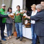 Bestens aufgelegt und mit frisch gezapften Bier eröffnete unsere Bürgermeisterin und Doris Schmidt das Viehberger Maifest. Rechts Sabine Mädl, Künstlerin aus Kotzheim.