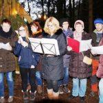 Mitglieder der Dorfgemeinschaft gaben den jungen Akteuren beim Krippenspiel die Stimmen.