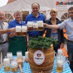 """""""O zapft is"""". Gründungsmitglied und Ehrenmitglied Josef Weigl zapfte fachmännisch das erste Bier."""