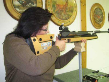 Luftgewehr im Stehen geschossen