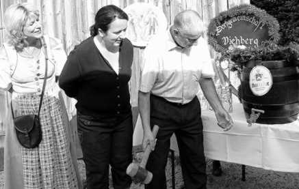 Gründungsmitglied Alois Singer zapfte im Beisein von Vorsitzender Doris Schmidt (links) und der Ammerthaler Bürgermeisterin Alexandra Czarnec das erste Fass Bier an