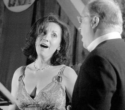 Die Sopranistin Evelyn Ertl (links) und Jürgen Raml (Tenor) brillierten beim Klassikabend im Viehberger Singer-Stodl