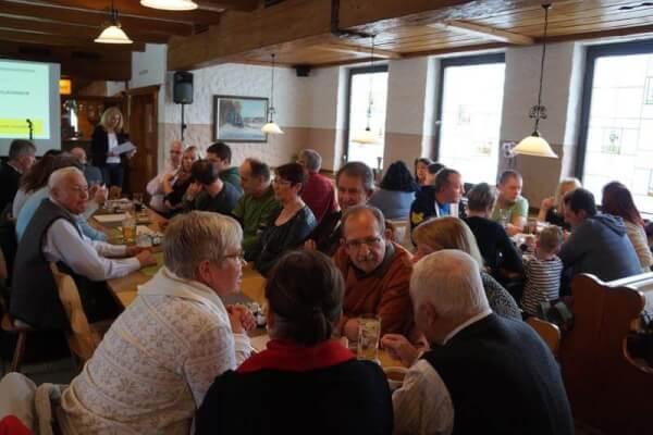 Gut gelaunte Viehberger waren mit der Versammlung zufrieden. Vorne: 1. Vorsitzende Doris Schmidt