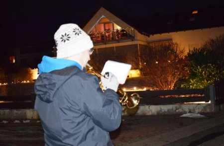Weihnachtliche Trompetenklänge schallten durch das Dorf.